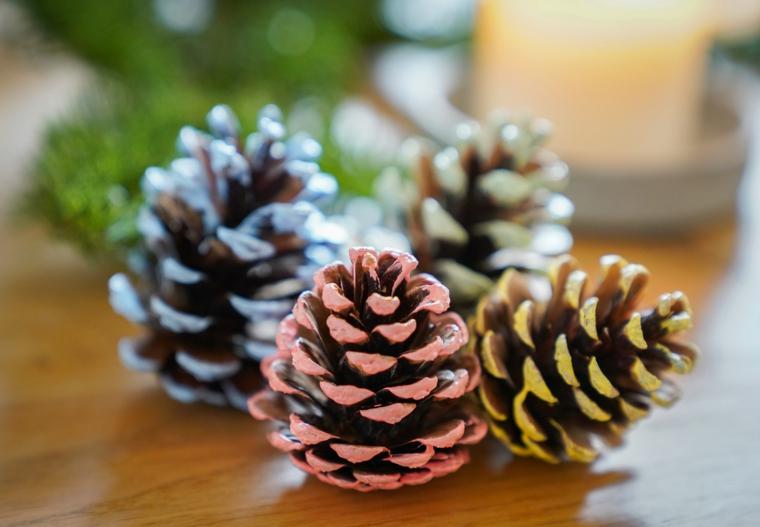 Decorare la casa per Natale con pigne dipinte con dei colori acrilici