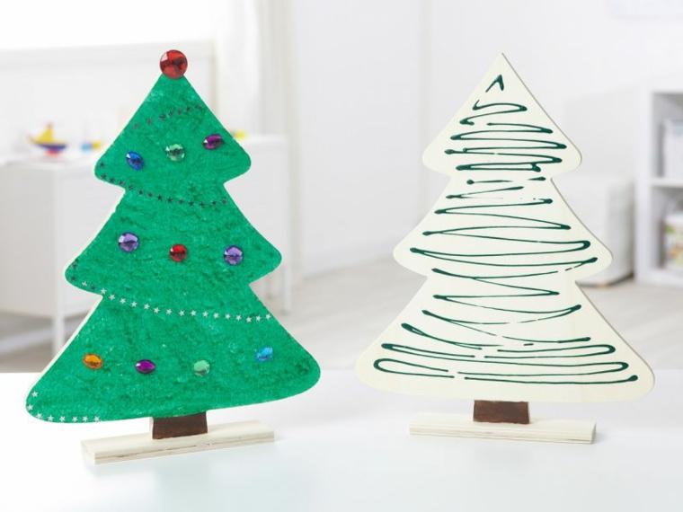 Decorazione con legno a forma di un albero di Natale dipinto di verde con palline