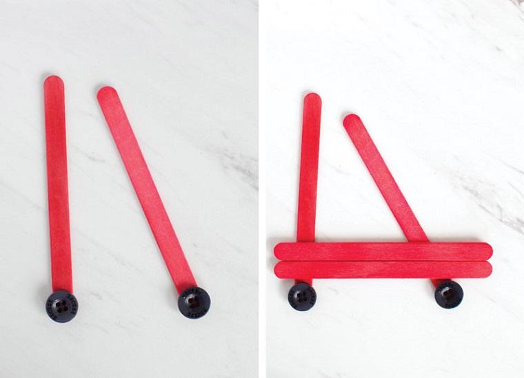 Idea per dei lavoretti creativi Natale con stecchini di legno dipinti di rosso