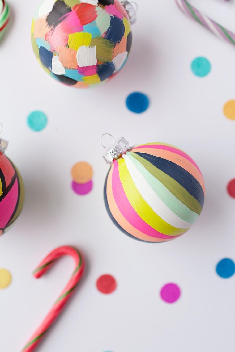 Palline di Natale fai da te dipinte con i colori acrilici nelle tonalità arcobaleno