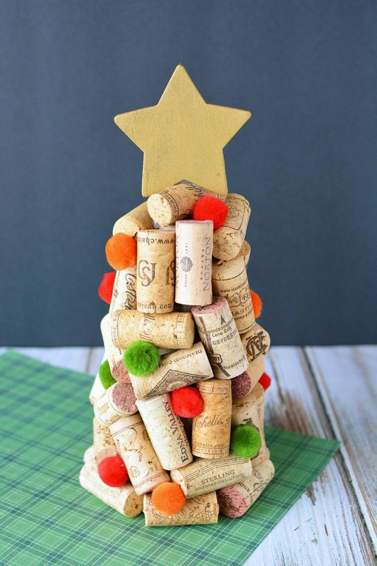 Albero di Natale particolare con tappi di sughero e stella in cima