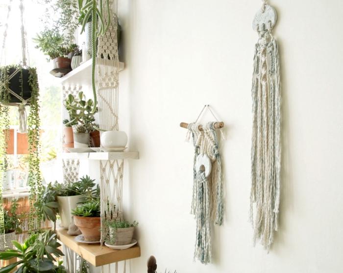 Terrazzo arredato con mensole di legno sostenute da macramè trecce e tante piante