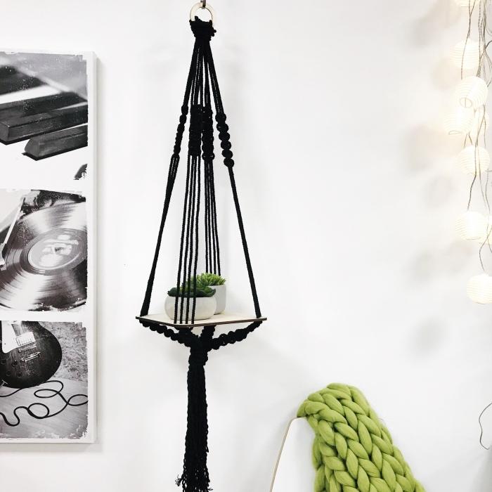 Idea per la decorazione con un macramè di colore nero a sospensione