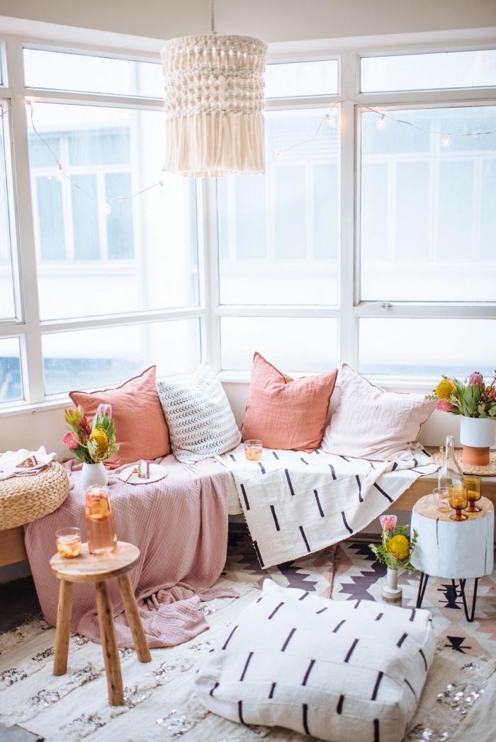 Pizzo macramè e un'idea per la decorazione del lampadario in un soggiorno