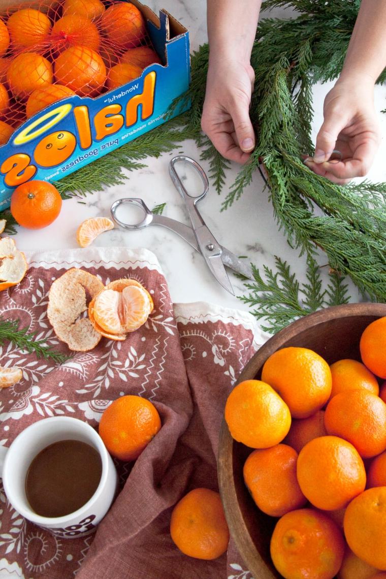 Un festone di rami e clementine attaccate, lavoretti creativi Natale