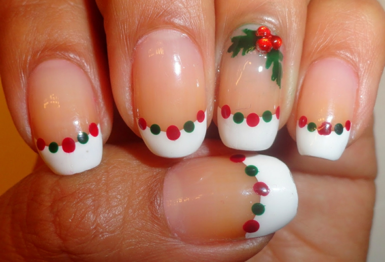 Idea per la decorazione della manicure a mandorla a tema natalizio con french e puntini