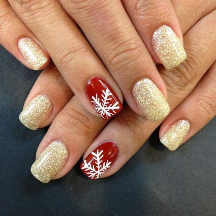 Unghie gel natalizie con smalto glitter di colore oro e accent nail di rosso con disegno fiocco di neve