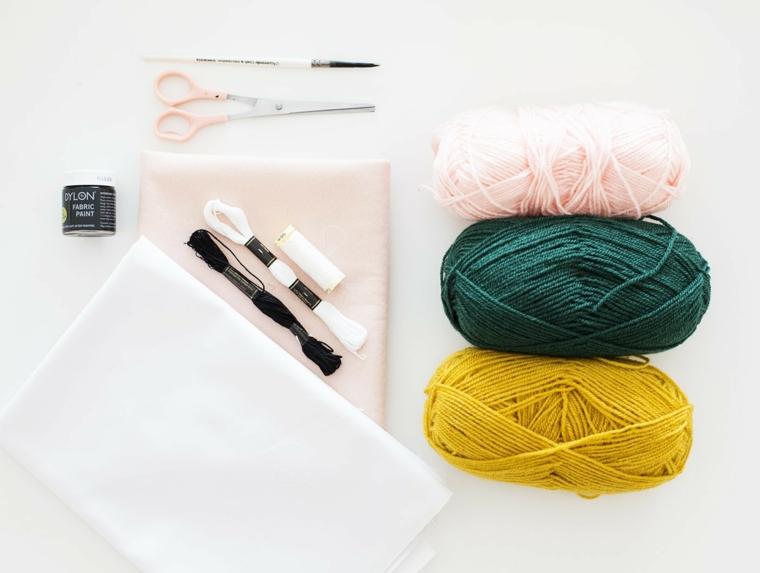 Addobbi natalizi fai da te e il materiale necessario come filati, forbice tessuti per creare una calza