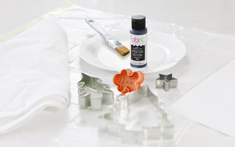 Lavoretti creativi Natale con strofinaccio di colore bianco, stampi natalizi per biscotti e colori per dipingere