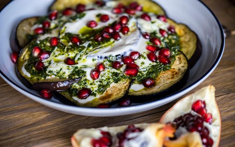 Menu Vigilia di Natale e un'idea con insalata di melanzane e yogurt, decorazione con chicchi di melograno