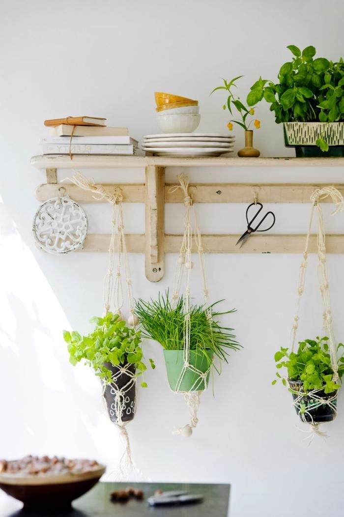Idea per la decorazione della mensola di legno con portavaso in macramè