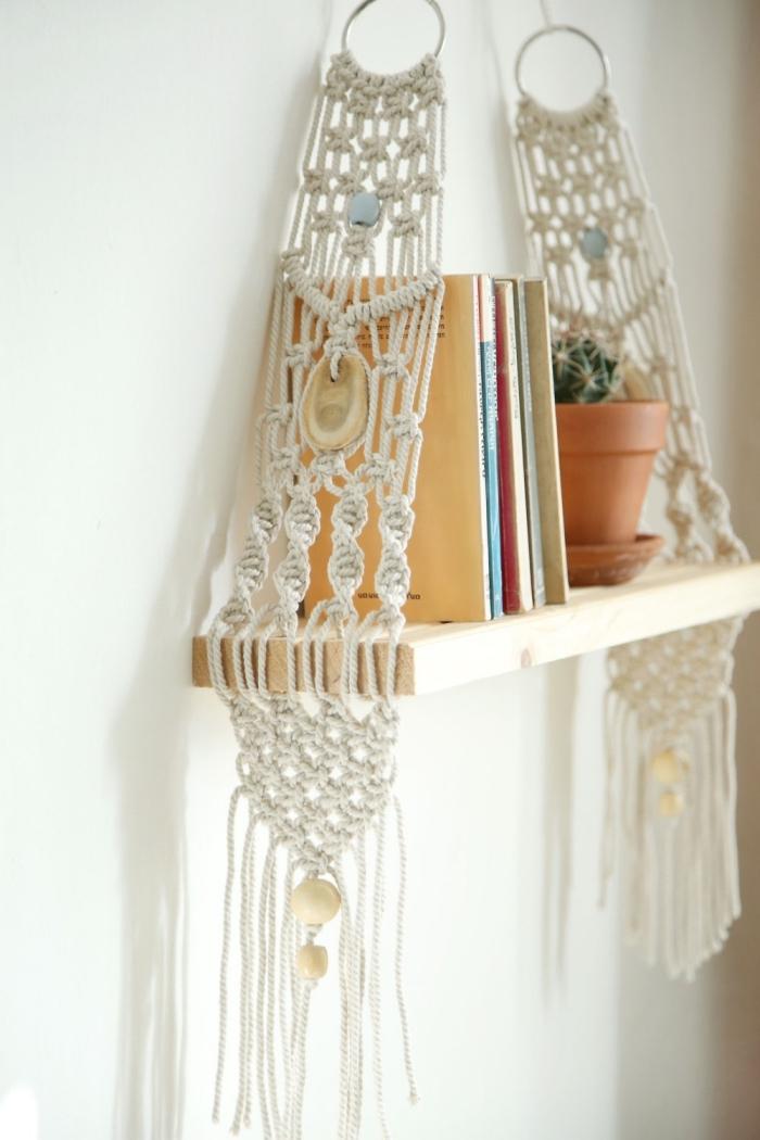 Idea per la decorazione delle mensole di legno son un sostegno di corde intrecciate