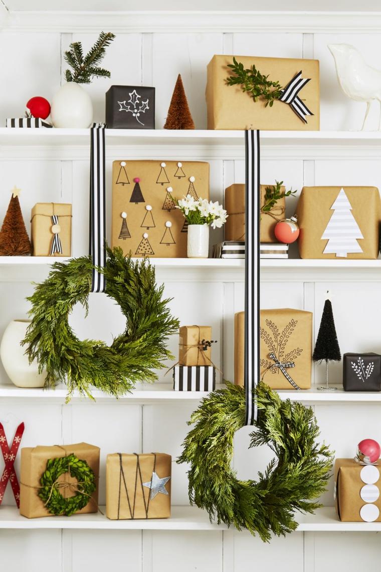 Mensole di legno decorate con pacchi regalo e due festoni appesi di rametti verdi