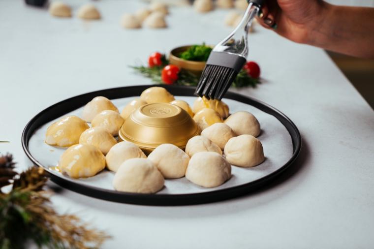 Cena della vigilia di natale, palline ripiene di mozzarella, teglia con carta da forno