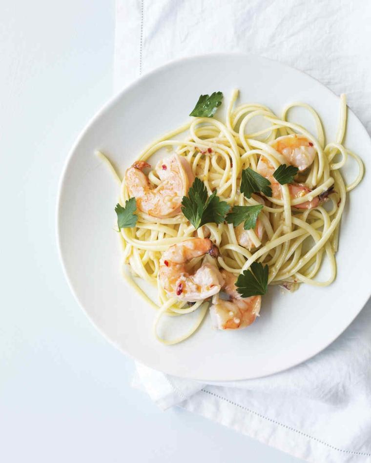 Secondi piatti natalizi e un'idea con spaghetti e gamberetti decorati con foglie di prezzemolo