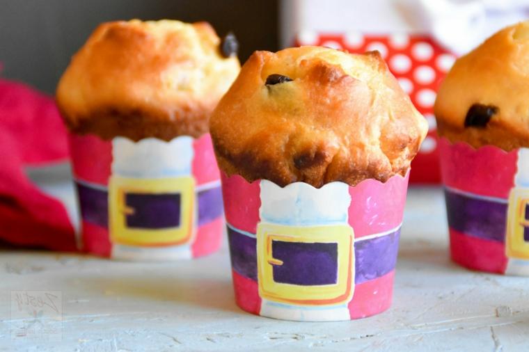 Un piccolo panettone nello stampo di muffin con gocce di cioccolato