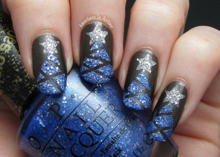 Decorazioni unghie gel di colore nero con disegni glitter blu di un albero di Natale con stella