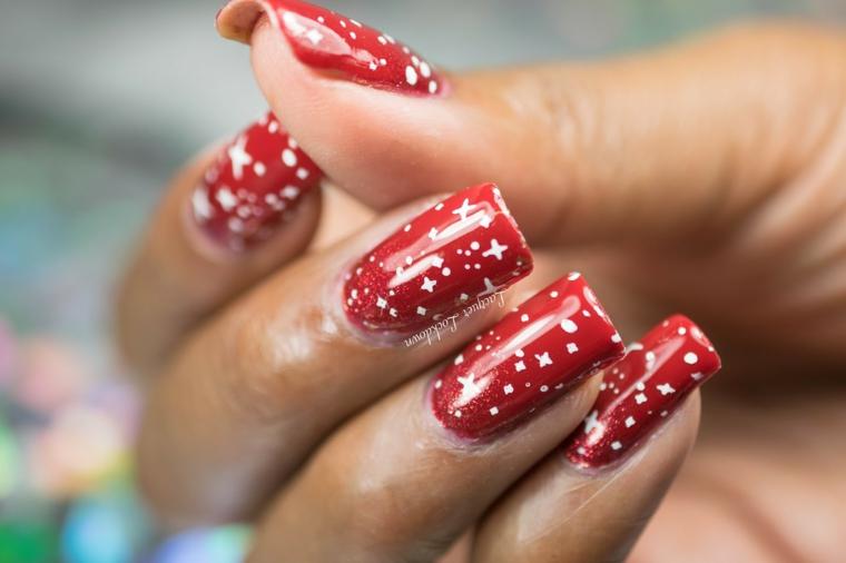 Unghie rosse natalizie con disegni smalto bianco per una manicure lunga a tema