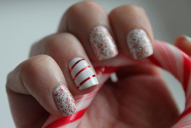 Idea per delle unghie capodanno con smalto bianco, glitter e disegni semplici sul dito anulare