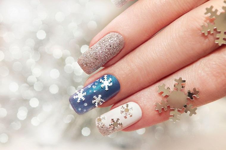 Idea per la manicure natalizia con smalto argento effetto sugar e sticker fiocchi di neve