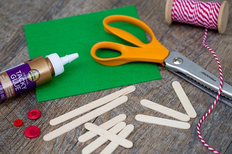 Lavoretti creativi con i bastoncini di legno e feltro di colore verde