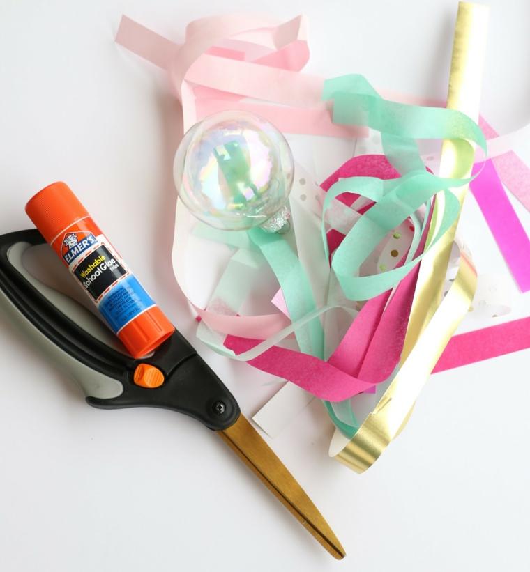 Palline di Natale fai da te con una sfera di plastica trasparente e strisce colorate di carta velina