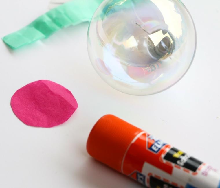 Decorazioni natalizie fai da te tutorial con una sfera di plastica e pezzettini di carta velina colorata