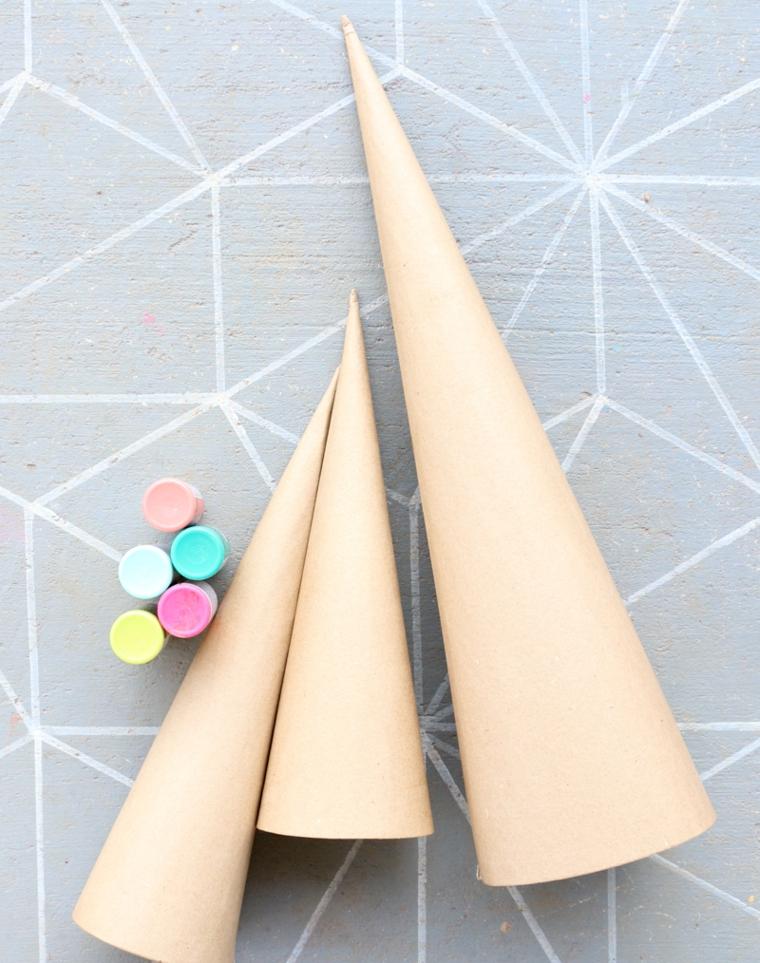 Cartoncini piegati a forma di cono e colori per dipingere, decori natalizi fai da te
