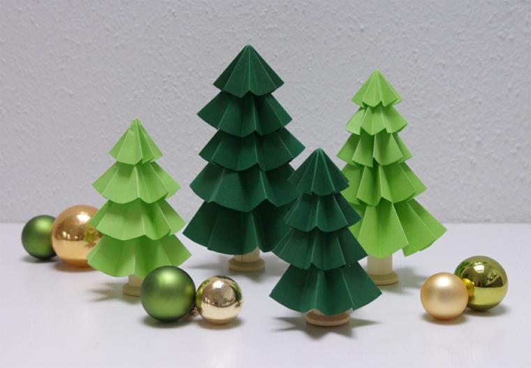 Alberi di Natale con cartoncini di colore verde e palline colorate