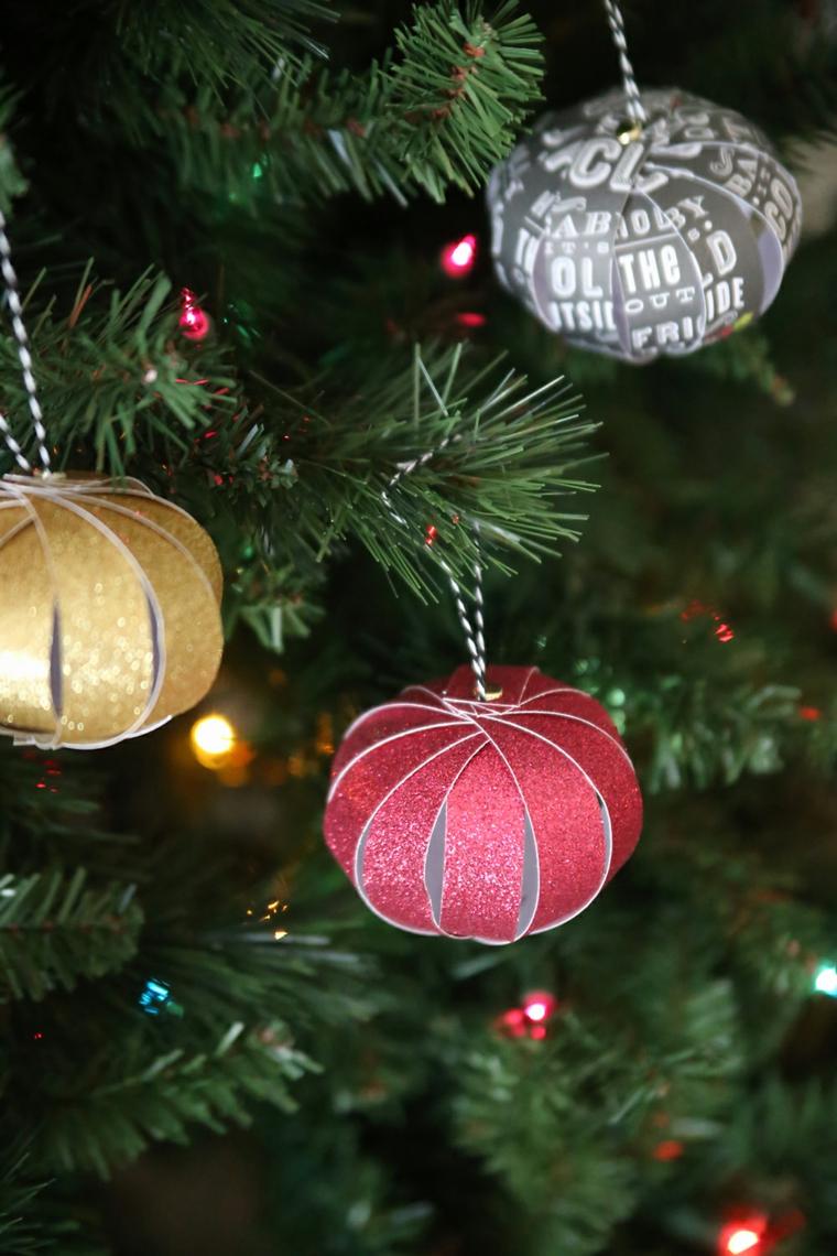 Palline di carta appese ad un albero di Natale, decorazioni fatte a mano