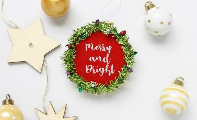 Ghirlanda natalizia con luci e stelle di legno, piccola decorazione di feltro con scritta