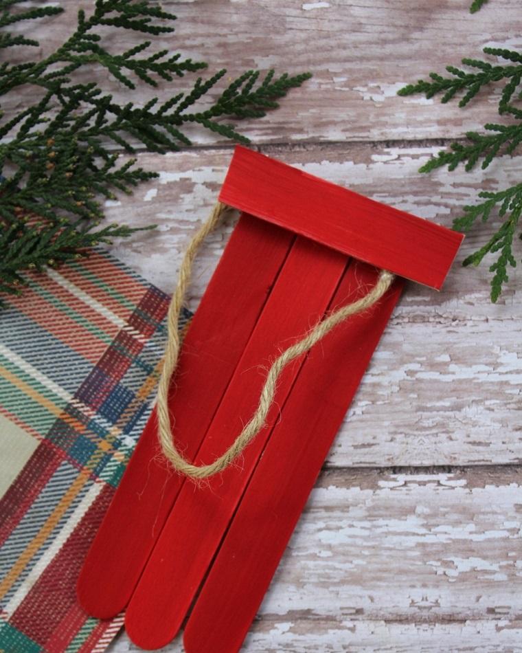 Decorazioni natalizie fai da te per la casa con bastoncini di legno dipinti di rosso