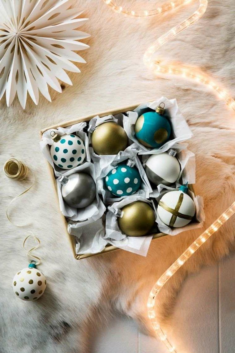 Una scatola con delle palline decorate a mano e un filo luminoso