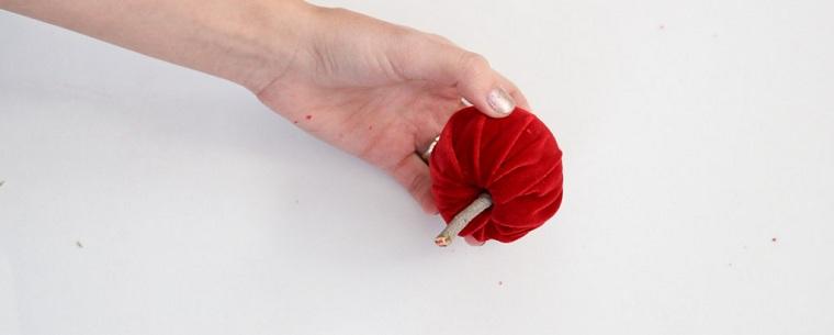 Idea per delle decorazioni natalizie fai da te con una pallina e un pezzettini di legno