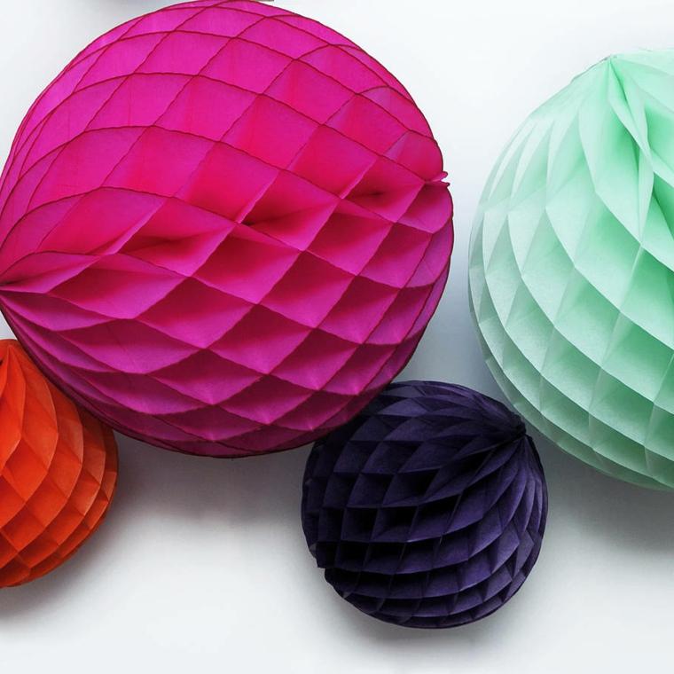 Idea per decorare l'albero di Natale con delle palline colorate di carta