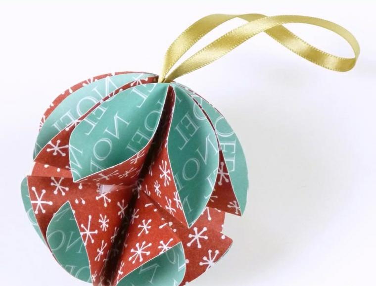 Una palla di carta colorata con un filo oro da appendere all'albero di Natale