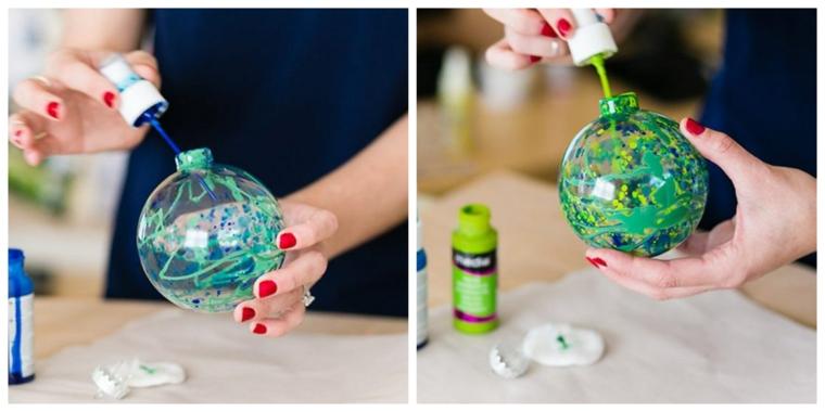 Decorazioni natalizie fai da te, una sfera di plastica trasparente dipinta con colori acrilici