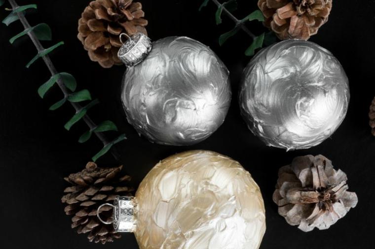Palline da appendere all'albero dipinte con vernice e con un effetto tridimensionale