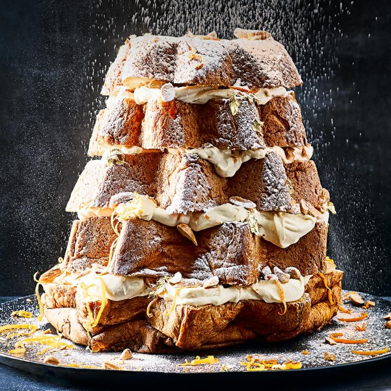 Un dolce per la Vigilia con pandoro a fette e all'interno mascarpone e spolverata di zucchero a velo