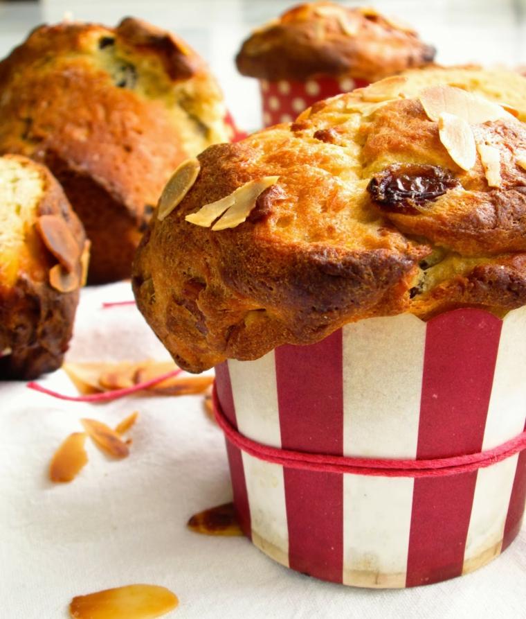 Mini panettone con mandorle, dolce natalizio negli stampi degli muffins
