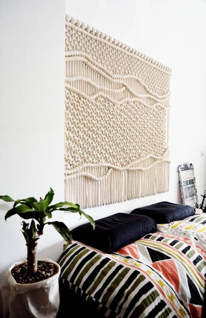 Camera da letto con macramè da parete con intrecci e nodi