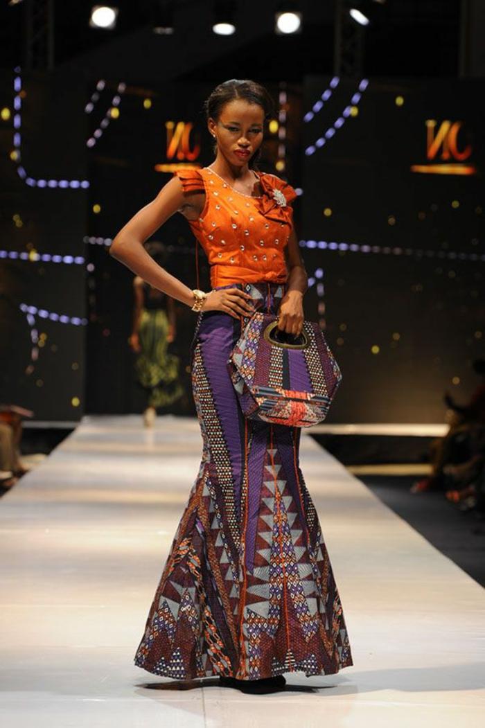Modella africana con una gonna a ruota e top arancione
