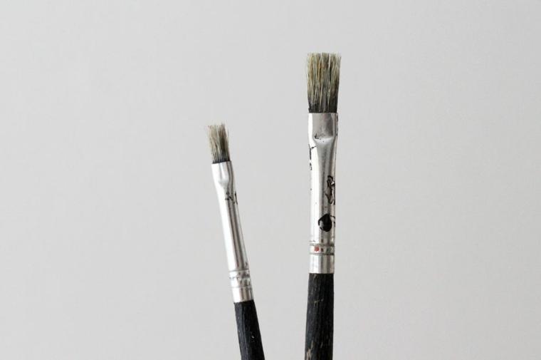 Due pennelli uno sottile e uno più grande per dipingere