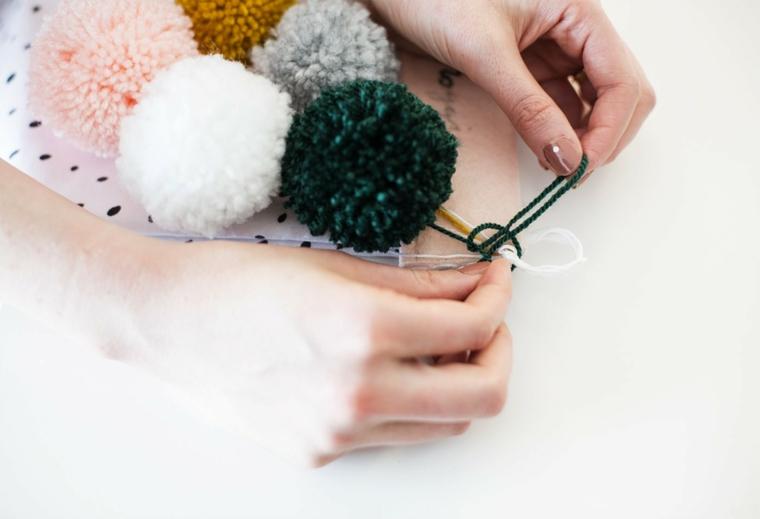Legare un nodo nella parte alta della calza, lavoretti di Natale con i filati di lana