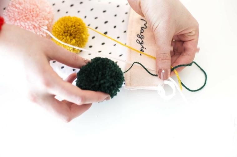 Appendere i pon pon alla calza, lavoretti di Natale facili con feltro e tessuti