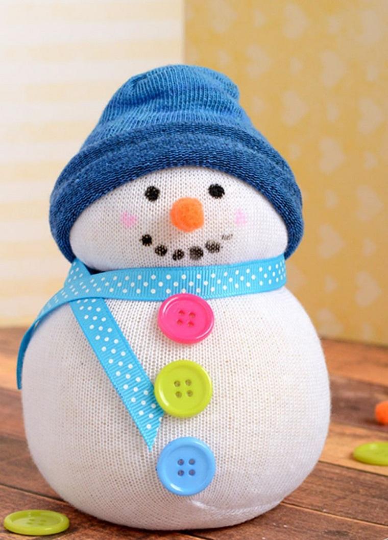 Addobbi natalizi fatti a mano con un calzino e bottoni colorati