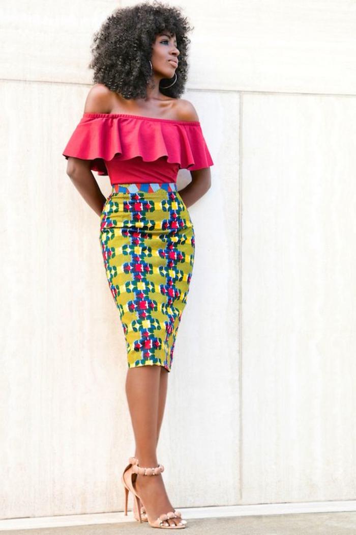Tessuti africani e un'idea di abbigliamento con gonna longuette e top rosa
