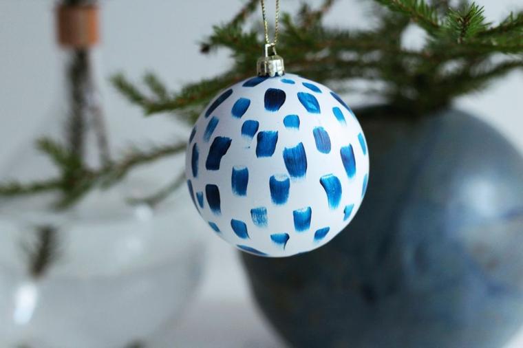Addobbi natalizi fatti a mano, pallina dipinta di bianco e decorata con il colore blu