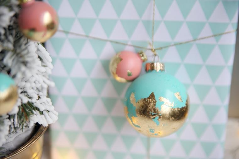 Un pacchetto regalo incartato e decorato con delle palle di Natale fai da te