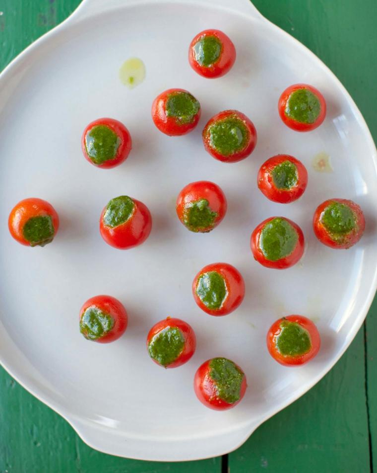 Antipasti per la Vigilia di Natale con pomodorini ciliegio ripieni di pesto genovese